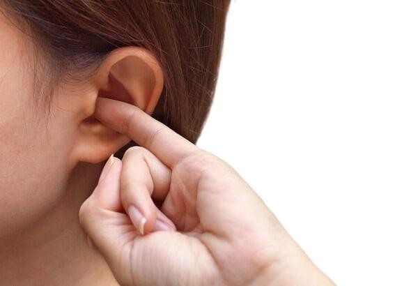 чешется левое ухо